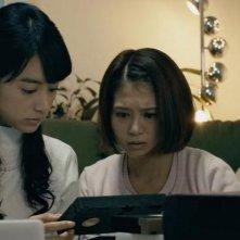 The Ring vs. The Grudge: Tina Tamashiro e Mizuki Yamamoto in una scena del film