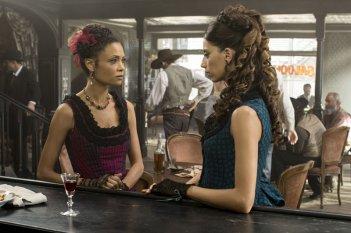 Westworld: le attrici Thandie Newton e Angela Sarafyan in Trompe L'Oeil