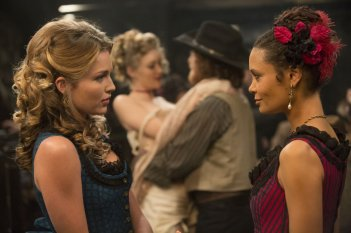 Westworld: le attrici Talulah Riley e Thandie Newton in Trace Decay