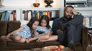 Dopo l'amore: Cedric Kahn insieme alle figlie in una scena del film