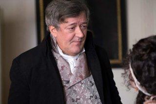 Amore e inganni: Stephen Fry in una scena del film