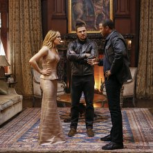 Arrow: Caity Lotz, Stephen Amell e David Ramsey in Invasion!