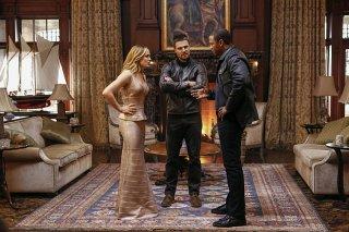 Arrow: Caity Lotz, Stephen Amell e David Ramsey in Invasion!
