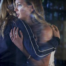 Arrow: Katie Cassidy in una foto di Invasion!