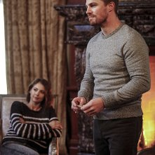 Arrow: Willa Holland e Stephen Amell in Invasion!