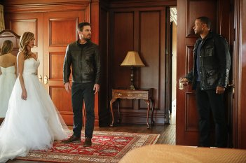 Arrow: Katie Cassidy, Stephen Amell e David Ramsey in Invasion!