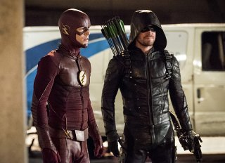 The Flash: gli attori Grant Gustin e Stephen Amell in Invasion!