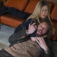La festa prima delle feste: Jennifer Aniston e T.J. Miller in una scena del film