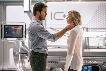 Passengers: Jennifer Lawrence e Chris Pratt in una scena
