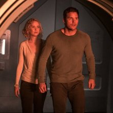 Passengers: Chris Pratt e Jennifer Lawrence in un momento del film