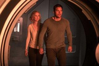 Passengers: Chris Pratt e Jennifer Lawrence in un momento del film