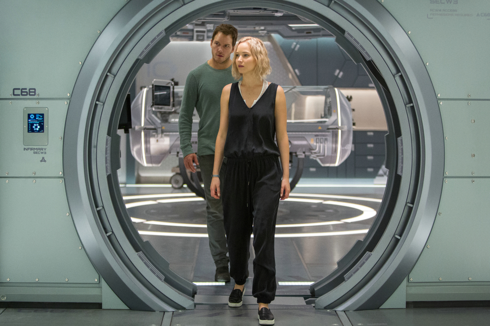 Passengers: Chris Pratt e Jennifer Lawrence insieme in un momento del film