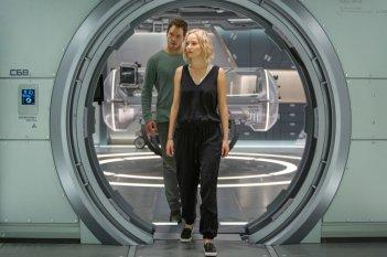 Passengers: Chris Pratt e Jennifer Lawrence insieme in un momento del film