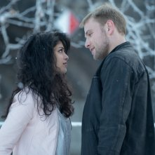 Sense8: Tina Desai e Max Riemelt in una scena della serie