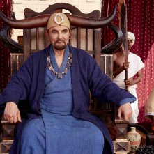 Mohenjo Daro: Kabir Bedi seduto sul suo trono in una scena