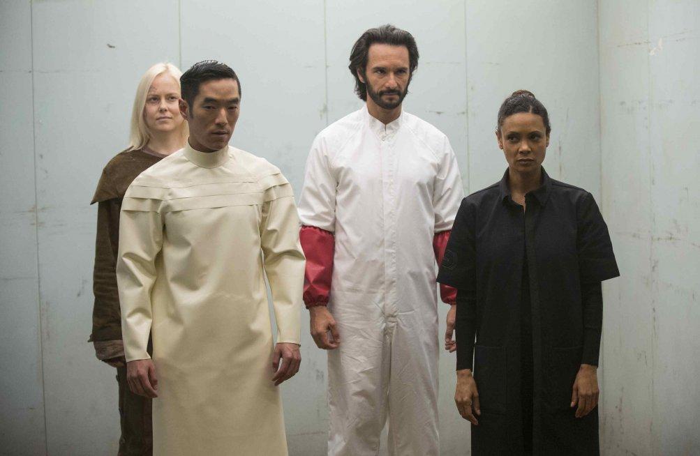 Westworld: Thandie Newton, Rodrigo Santoro, Ingrid Bolsø Berdal e Leonardo Nam in una scena di The Bicameral Mind