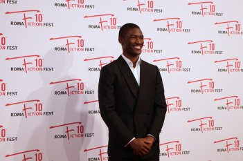 Roma Fiction Fest 2016: Malachi Kirby sorridente sul red carpet di Roots