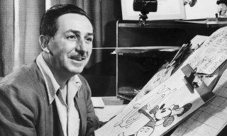 Un'immagine di Walt Disney al lavoro su Topolino