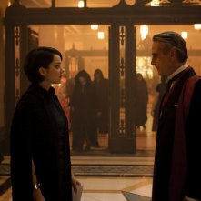 Assassin's Creed: Mario Cotillard e Jeremy Irons in una scena del film