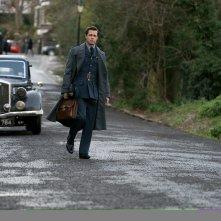 Allied: Brad Pitt vicino a un'auto d'epoca