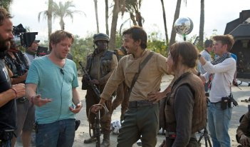 Rogue One, il regista Gareth Edwards sul set con Felicity Jones e Gareth Edwards