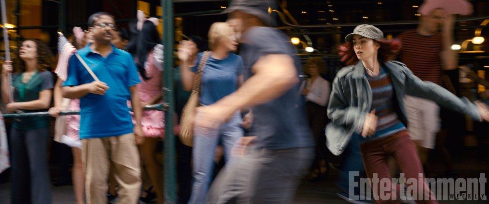 Okja: Lily Collins in una scena dinamica