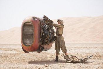 Star Wars: Il Risveglio della Forza - Daisy Ridley interpreta Rey in una scena ambientata nel deserto