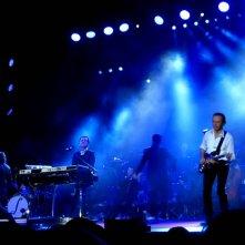 Pooh - L'ultimo concerto: un'immagine del gruppo mentre suona sul palco
