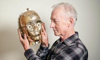 Anthony Daniels con la maschera di C-3PO