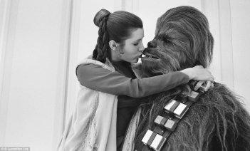 Guerre stellari: Carrie Fisher abbraccia Chewbacca