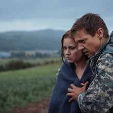 Arrival: Amy Adams e Jeremy Renner in un momento del film