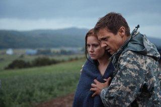 Arrival: Amy Adams e Jeremy Renner in un momento del film