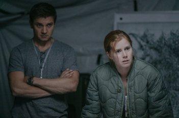 Arrival: Amy Adams e Jeremy Renner in una scena del film