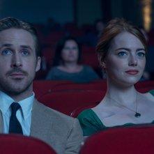 La La Land: Emma Stone e Ryan Gosling al cinema in un momento del film