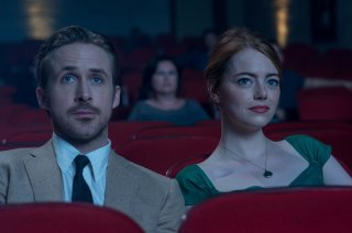 La La Land: Emma Stone e Ryan Gosling al cinema in un momento del film
