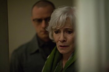 Split: Betty Buckley e James McAvoy in una scena del film