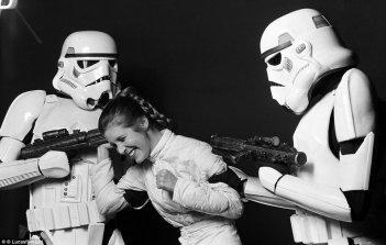 Guerre stellari: Carrie Fisher scherza con due stormtroopers