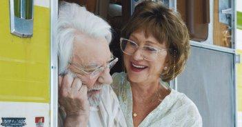 In viaggio contromano: Helen Mirren e Donald Sutherland in una scena