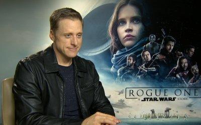 """Alan Tudyk su Rogue One: """"K-2SO socializzerebbe con BB8 per giocarci a calcio"""""""