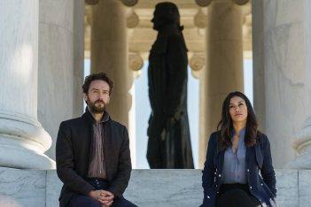 Sleepy Hollow: una foto di Tom Mison e Janina Gavankar nell'episodio Columbia