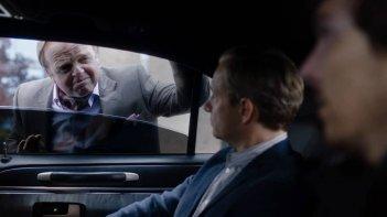 Sherlock: Toby Jones in una scena con Martin Freeman e Benedict Cumberbatch