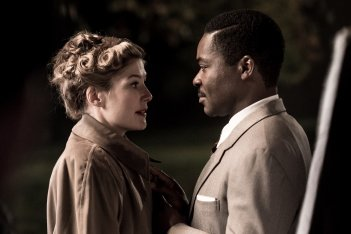 A United Kingdom - L'amore che ha cambiato la storia: Rosamund Pike e David Oyelowo in un'immagine del film
