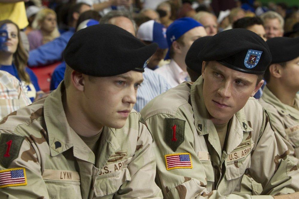 Billy Lynn - Un giorno da eroe: Joe Alwyn e Garrett Hedlund in una scena del film