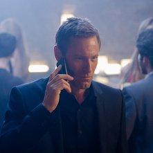 Incarnate - Non potrai nasconderti: Aaron Eckhart al telefono in una scena del film