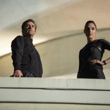 Le spie della porta accanto: Jon Hamm e Gal Gadot in una scena del film