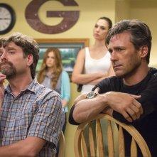 Le spie della porta accanto: Zach Galifianakis, Jon Hamm con (sullo sfondo) Gal Gadot e Isla Fisher in una scena del film