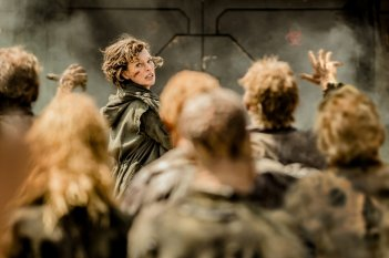 Resident Evil - The Final Chapter: Milla Jovovich inseguita dagli zombie in una scena del film