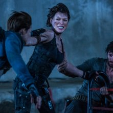 Resident Evil - The Final Chapter: Ruby Rose, Eoin Macken e Milla Jovovich in una scena del film