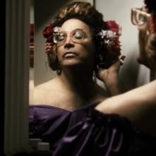 Varichina - La vera storia della finta vita di Lorenzo De Santis: Totò Onnis allo specchio in un'immagine del documentario