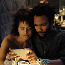 Atlanta: Donald Glover e Zazie Beetz in una scena